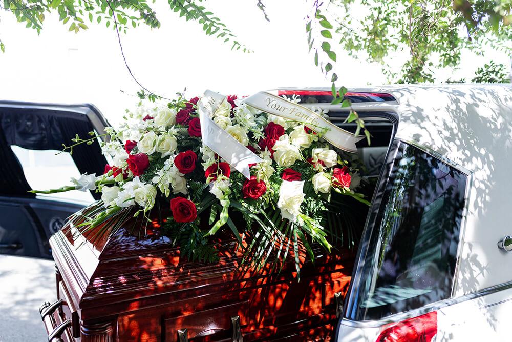 ¿Cómo hacer arreglos florales para el funeral en casa?